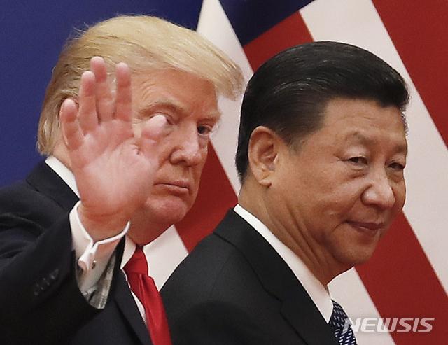 [베이징=AP/뉴시스]지난 2017년 11월9일 중국 베이징의 인민대회당에서 중국을 방문한 도널드 트럼프 미 대통령(왼쪽)이 시진핑 중국 국가주석과 나란히 걷고 있다. 2020.09.10.
