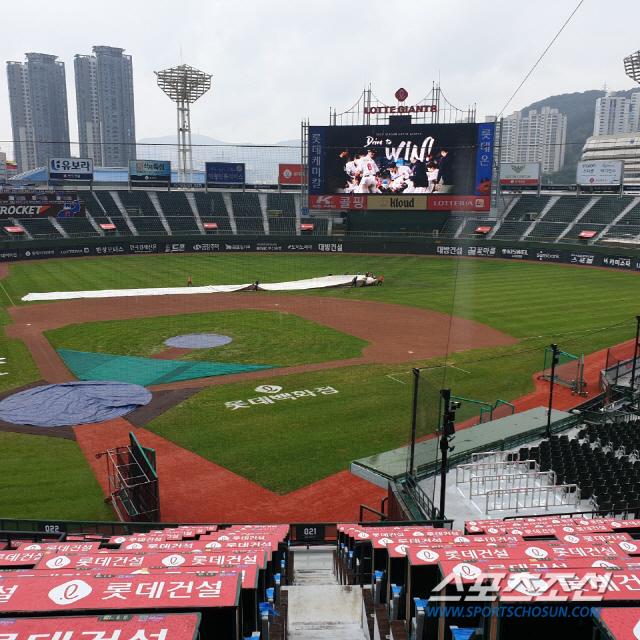 11일 오후 부산 사직구장에 비가 굵어지기 시작되자 관리 요원들이 방수포를 깔고 있다. 부산=정현석 기자 hschung@sportschosun.com