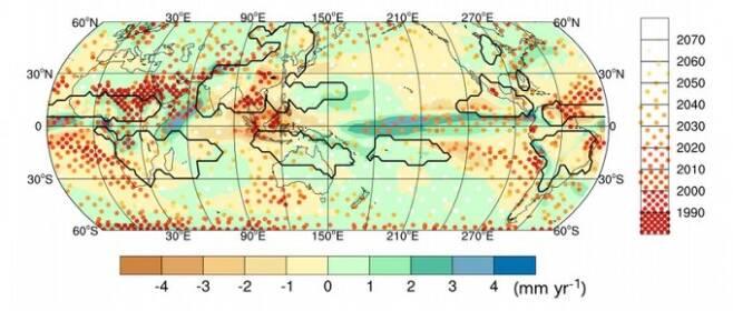 하경자 부산대 교수팀이 3월 '환경연구레터스(ERL)'에 발표한 연구 결과의 일부다. 현재의 온실기체 배출량을 그대로 유지할 경우 한반도에 기후변화에 의한 강수량 변화가 나타나기 시작할 때는 2030년경으로 추정됐다. 티머만 IBS 단장은 2100년경이면 산업시대 대비 최대 15% 강수량이 늘 수 있다고 경고했다. ERL 논문 캡쳐