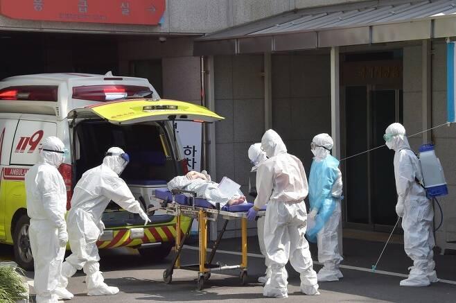 부산의료원에 코로나19 환자가 도착하고 있다. 부산시 제공