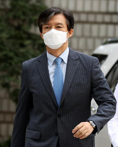 조국 전 법무부 장관이 11일 재판 출석으로 위해 서울중앙지밥으로 들어오고 있다. 연합뉴스