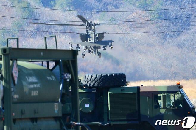 미 육군 아파치 가디언(AH-64E)공격헬기가 경북 포항시 장기면 수성사격장에서 연료를 채운 후 이륙하고 있다. 2020.2.13/뉴스1 © News1