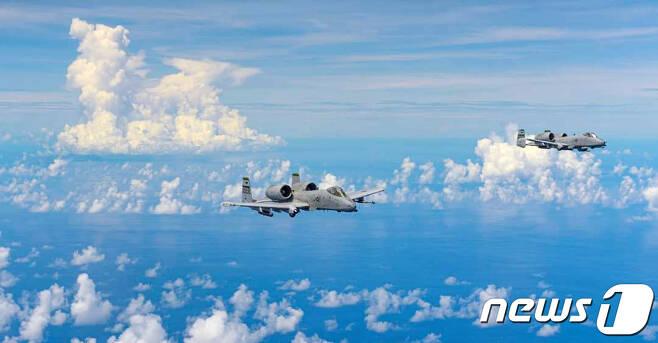 오산 공군기지에 배치된 주한미군 소속 A-10기가 최근 3천여㎞ 떨어진 태평양 북마리아나제도에서 훈련을 하고 복귀했다. 오산 주한미군 공군기지의 페이스북에 따르면 제51전투비행단 예하 25전투비행대 소속 A-10(선더볼트-Ⅱ) 대전차 공격기 6대가 지난 10일부터 21일까지 괌 앤더슨 공군기지로 이동했다.이들 A-10기는 괌 앤더슨 기지에서 220여㎞ 떨어진 북마리아나제도의 훈련 공역을 왕복하며 무장투하 연습 등을 했다.(오산 주한 미 공군기지 페이스북 캡처)2020.8.25/뉴스1