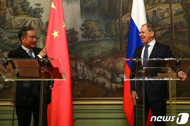 왕이(王毅) 중국 외교 담당 국무위원(사진 왼쪽)과 세르게이 라브로프 러시아 외무장관. © AFP=뉴스1