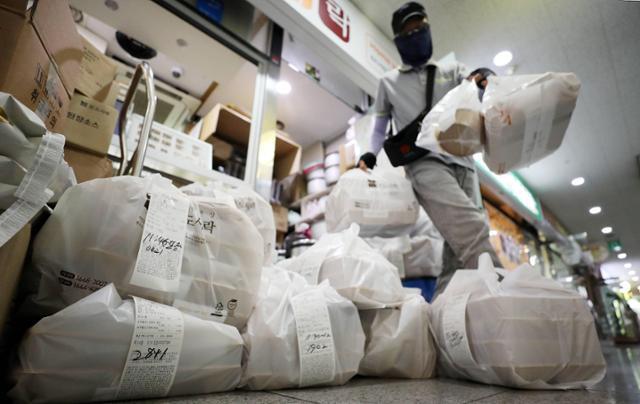 일부 대기업이 감염을 막기 위해 점심시간 외식 금지 지침까지 내려오면서 직장인들이 주문한 포장도시락이 배달을 기다리고 있다. 뉴스1