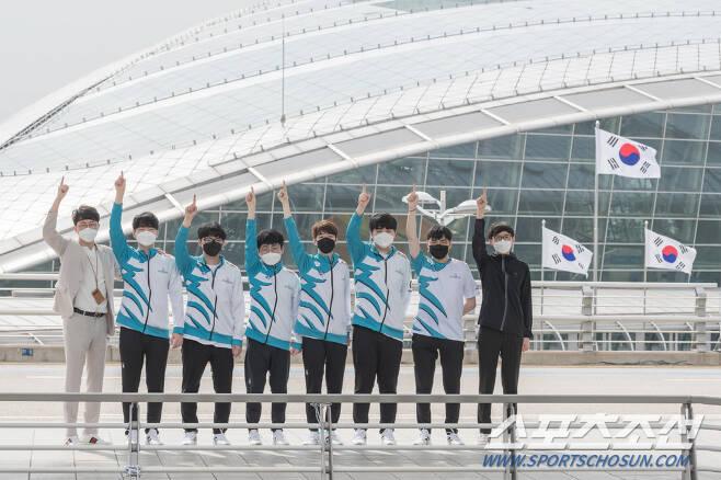 지난 11일 LCK 서머 시즌 우승 자격으로 1번 시드를 받은 담원 게이밍 선수단이 중국 상하이에서 열리는 롤드컵 출전을 위해 인천공항을 통해 선발대로 출발했다. 사진제공=라이엇게임즈
