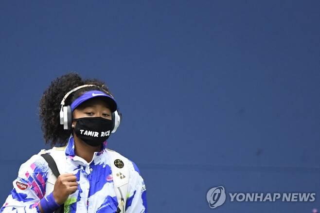 타미르 라이스라는 인종차별 희생자 이름을 쓴 마스크를 착용한 오사카. [로이터=연합뉴스] Mandatory Credit: Danielle Parhizkaran-USA TODAY Sports