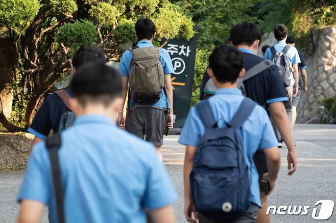 수도권에서 전면 원격수업이 시행된 지난달 26일 서울 한 고등학교에서 3학년 학생들이 등교하고 있다. /뉴스1 © News1 유승관 기자