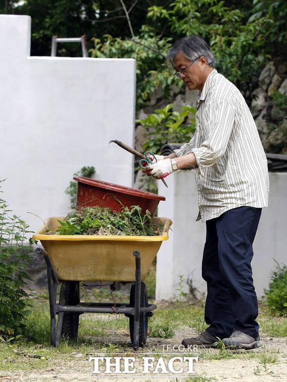 문재인 대통령이 노무현 전 대통령 서거 후 양산 매곡동에 위치한 자택에서 밭일을 하는 모습. /뉴시스