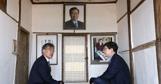 2016년 4월 18일 문재인 대통령(당시 민주당 전 대표)가 김홍걸 민주당 의원(당시 국민통합위원장)과 전남 신안군 하의도에 있는 김대중 전 대통령 생가를 방문했다. [중앙포토]