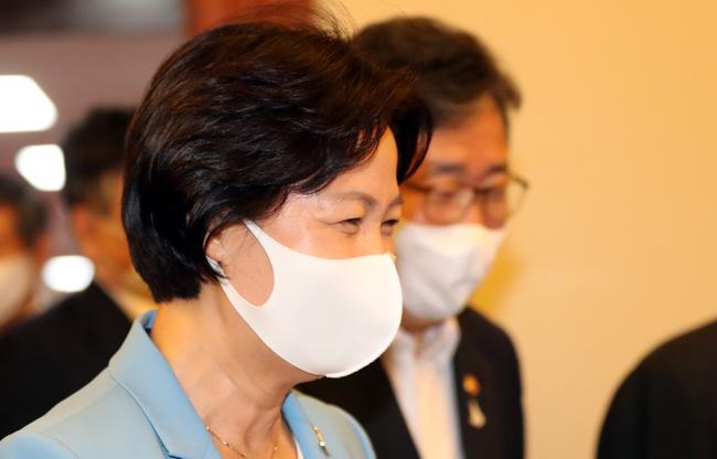 추미애 법무부 장관(왼쪽)이 9월 8일 서울 종로구 정부서울청사에서 열린 국무회의에 참석하기 위해 회의실로 들어서고 있다.