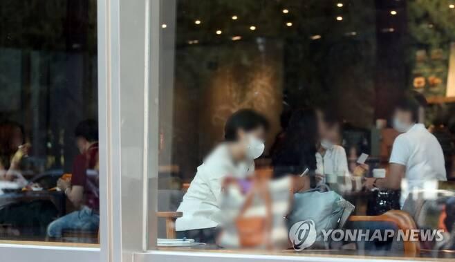 '수도권 거리두기 2단계' 오늘부터 카페 정상영업 (서울=연합뉴스) 임헌정 기자 = 수도권의 사회적 거리두기가 2.5단계에서 2단계로 하향조정된 첫날인 14일 서울의 한 프랜차이즈 카페에서 시민들이 좌석에 앉아 커피를 마시며 이야기를 나누고 있다. 2020.9.14 kane@yna.co.kr