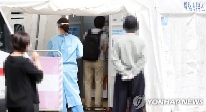 코로나19 검사 기다리는 시민들 [연합뉴스 자료 사진]