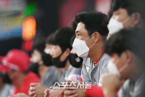 SK 와이번스 김강민이 4일 수원 kt전에서 마스크를 착용한 채 덕아웃 난간에 기대어 그라운드를 응시하고있다. 김도훈기자 dica@sportsseoul.com