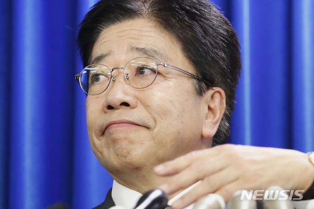 [도쿄=AP/뉴시스]가토 가쓰노부 일본 후생노동상이 지난 2월 15일 도쿄 도내에서 기자회견을 열고 신종 코로나바이러스 감염증(코로나19)에 대해 말하고 있다. 2019.02.19.
