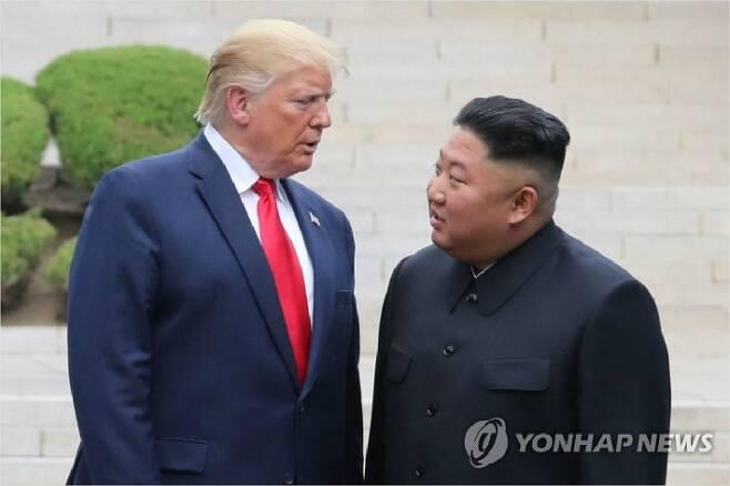 지난해 6월 판문점 군사분계선 북측 지역에서 만나 인사한 뒤 남측 지역으로 이동하는 트럼프 대통령과 김정은 위원장. (사진=연합뉴스)