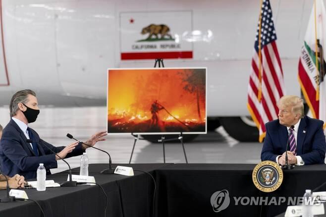 도널드 트럼프 미국 대통령이 개빈 뉴섬 캘리포니아주 주지사로부터 산불 브리핑을 받는 모습 [AP=연합뉴스]
