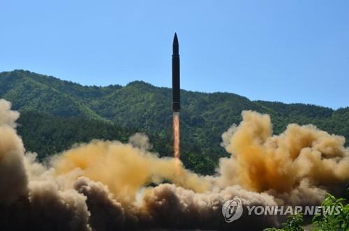 (평양 조선중앙통신=연합뉴스) 북한이 지난 2017년 7월 4일 쏘아올린 대륙간탄도미사일(ICBM) 화성-14형. 2017.7.5 photo@yna.co.kr