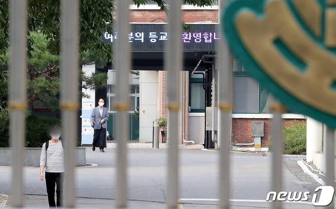 서울 동작구 한 고등학교 3학년 학생이 신종코로나바이러스 감염증(코로나19) 확진 판정을 받은 지난 15일 해당 학교에서 교사들이 학교를 나서고 있다. /뉴스1 © News1 이성철 기자