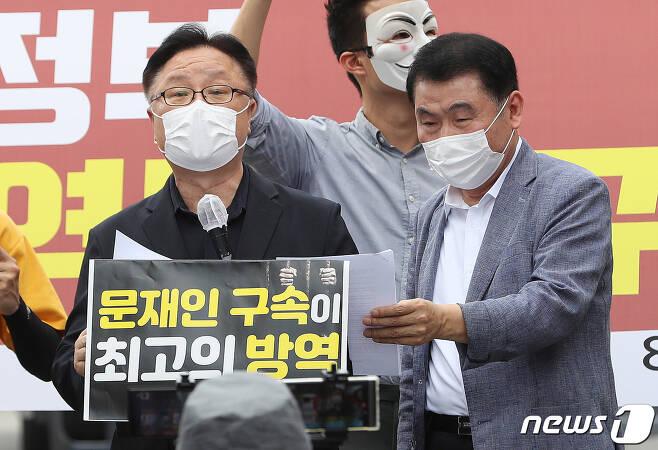 이동호(왼쪽부터) 8.15 집회참가자 비대위원과 최인식 8.15 비대위 사무총장. 2020.8.25/뉴스1 © News1 이성철 기자