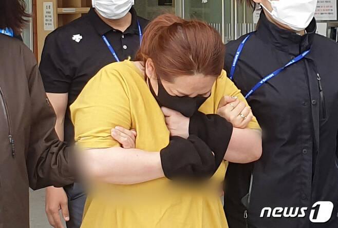 9세 의붓아들이 거짓말을 했다는 이유로 7시간이 넘게 여행용 가방에 가둬 심정지 상태에 이르게 한 40대 계모가 영장실질심사를 받기 위해 대전지방법원 천안지원으로 향하고 있다. © News1 김아영 기자