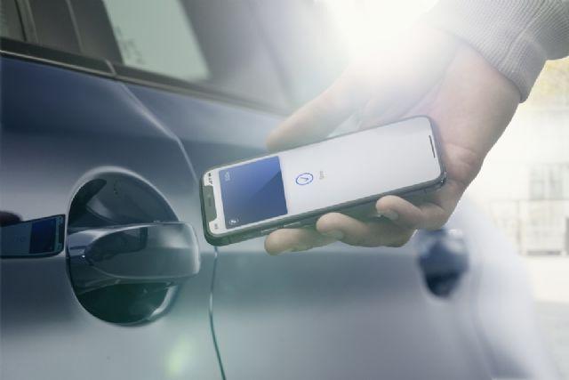 아이폰에 탑재된 디지털 키로 BMW 차량 문을 여는 모습 (사진=BMW)