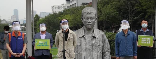 '제16차 전태일 50주기 캠페인'에서 이수호(왼쪽 셋째) 전태일 재단 이사장이 발언하고 있다. 김봉규 선임기자