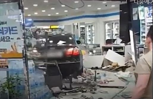 평택시 한 편의점에 자신의 차량을 돌진, 재물을 손괴한 A씨에 대해 경찰이 구속영장을 신청했다. A씨가 지난 15일 편의점에 차량을 돌진한 모습. 유튜브 영상 캡처