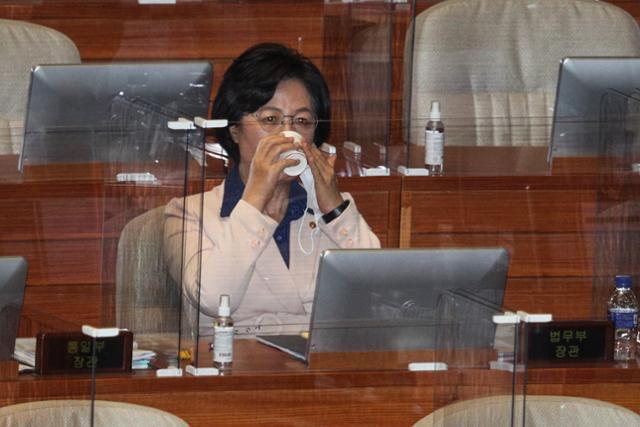 추미애 법무부 장관이 14일 서울 여의도 국회에서 열린 본회의에서 답변을 마친 후 자리로 돌아와 물을 마시고 있다. 오대근 기자