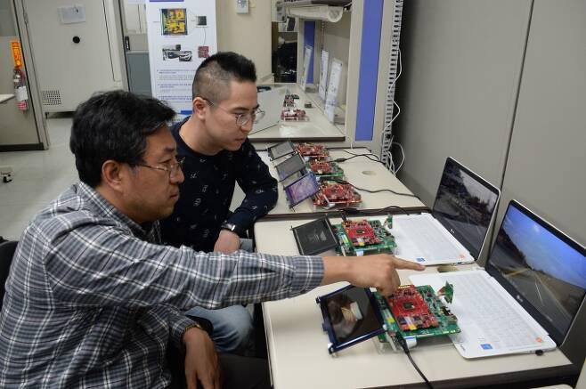 ETRI 연구진이 자율주행에 필요한 AI 반도체 기술을 시연하는 모습 [사진=ETRI]