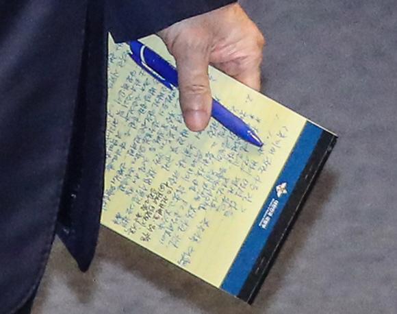 국방 장관 '자필 메모 들고'  - 15일 국회 대정부질문에 출석한 정경두 국방부 장관이 추미애 법무부 장관의 아들 관련 의혹에 답변하고자 작성한 자필 메모를 들고 단상으로 향하고 있다.김명국 선임기자 daunso@seoul.co.kr