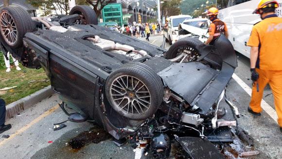 지난 14일 오후 5시 43분쯤 해운대구 중동역 인근 교차로 7중 충돌 사고 현장. 부산 연합뉴스