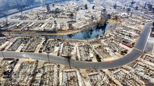 (피닉스 AP=연합뉴스) 15일(현지시간) 대형 산불 '알메다 파이어'가 휩쓸고 지나간 미국 오리건주 피닉스의 주택단지가 잿더미로 변해 있다. [드론 항공사진]