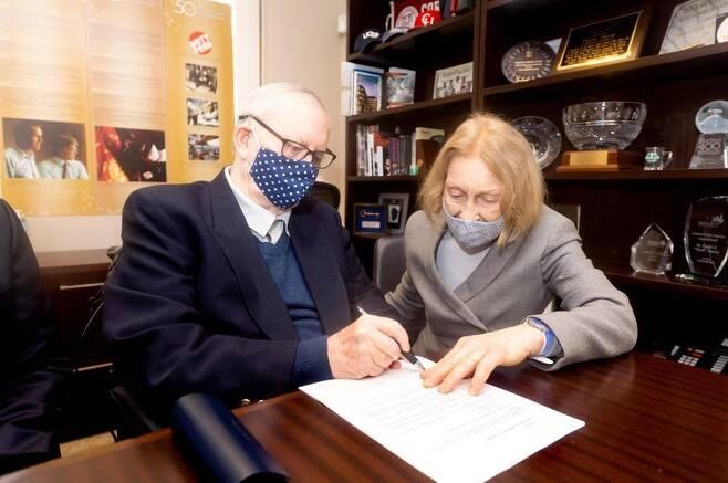 척 피니(왼쪽)와 그의 부인 헬가 피니. 피니 부부가 자선재단 애틀랜틱 필랜스로피의 해체와 기부 약정에 서명하고 있다. 애틀랜틱 필랜스로피 제공. 재판매 및 DB 금지.