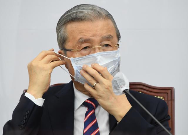 김종인 국민의힘 비상대책위원장이 17일 국회에서 열린 비상대책위원회의에 참석, 마스크를 벗고 있다. 연합뉴스