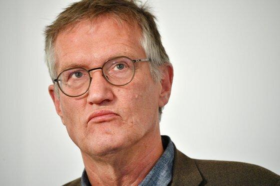 지난 6월 3일 안데르스 텡넬 스웨덴 공공보건청장이 코로나19 관련 브리핑에서 질문을 듣고있다. 그는 이날 스웨덴의 방역 지침에 오류가 있었음을 시인했다. [AFP=연합뉴스]