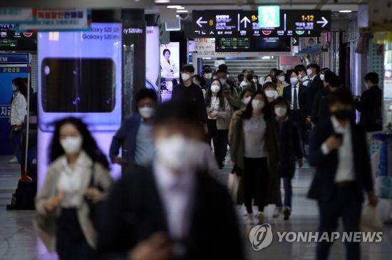 서울 강남역에서 마스크를 쓴 시민들이 이동하고 있다/사진=연합뉴스