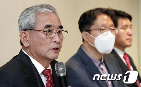 '반일종족주의' 저자 이영훈 전 서울대 교수(맨 왼쪽)/AFPBBNews=뉴스1