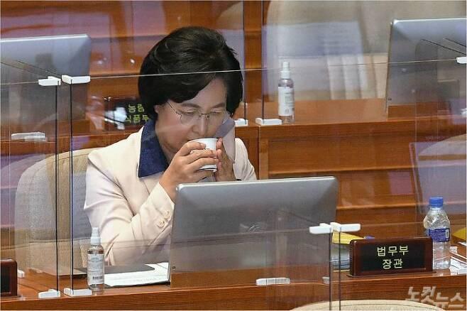 추미애 법무부 장관이 지난 14일 서울 여의도 국회 본회의장에서 열린 정치분야 대정부질문에 출석, 물을 마시고 있다. 박종민기자