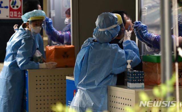 [대구=뉴시스] 이무열 기자 = 대구지역 신종 코로나바이러스 감염증(코로나19) 확진자가 급증하고 있는 31일 오전 대구 동구 검사동 동구보건소에 마련된 코로나19 선별진료소에서 의료진이 검체 채취를 하고 있다. 2020.08.31.lmy@newsis.com