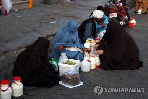 이달 9일 촬영된 부르카 입은 아프간 여성들 [EPA=연합뉴스]]