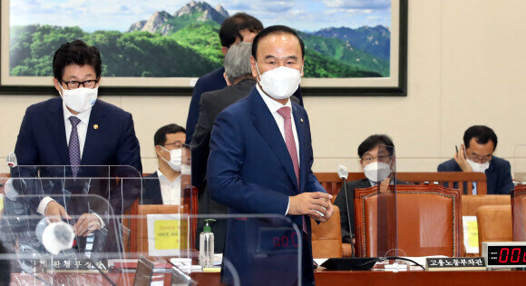 국민의힘 박덕흠 의원이 지난 15일 오전 서울 여의도 국회에서 열린 환경노동위원회 전체회의에 참석하고 있다. 연합뉴스