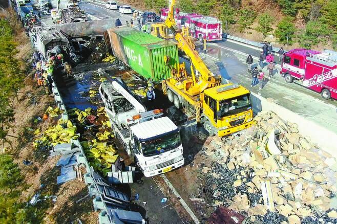 """지난해 말 30여명의 사상자를 낸 상주영천고속도로 다중추돌사고 현장. 최근 검찰은 """"조사결과, 화물차의 과속이 사고원인으로 확인됐다""""고 밝혔다. [연합뉴스]"""
