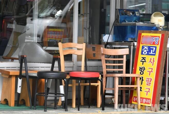 코로나19 사태로 자영업자의 폐업률이 늘고 있는 가운데 17일 오후 서울 황학동 주방거리에 중고 주방용품이 쌓여 있다. 박태현 기자 pth@kukinews.com