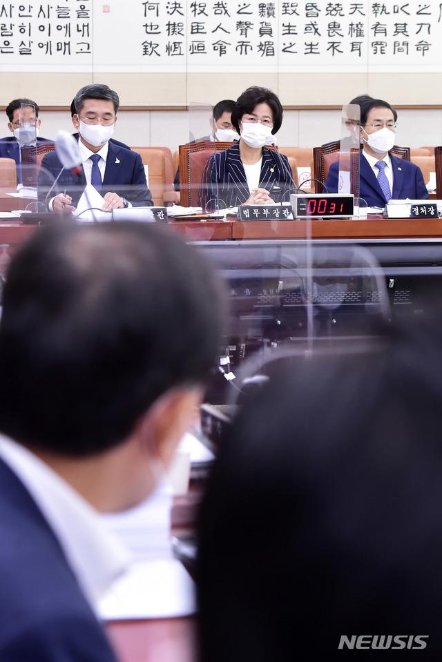 [서울=뉴시스]김진아 기자 = 추미애 법무부 장관이 21일 오전 서울 여의도 국회에서 열린 법제사법위원회 전체회의에 출석해 의원의 질의에 답변하고 있다. (공동취재사진) 2020.09.21.  photo@newsis.com