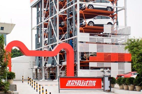 중국 전자상거래 업체 알리바바는 미 자동차 제조사 포드와 손잡고 중국 남부 광저우(廣州)에 자동차 자판기를 공개했다. 이 자판기는 5층 높이에 자동차 42대를 갖췄다. [로이터=연합뉴스]