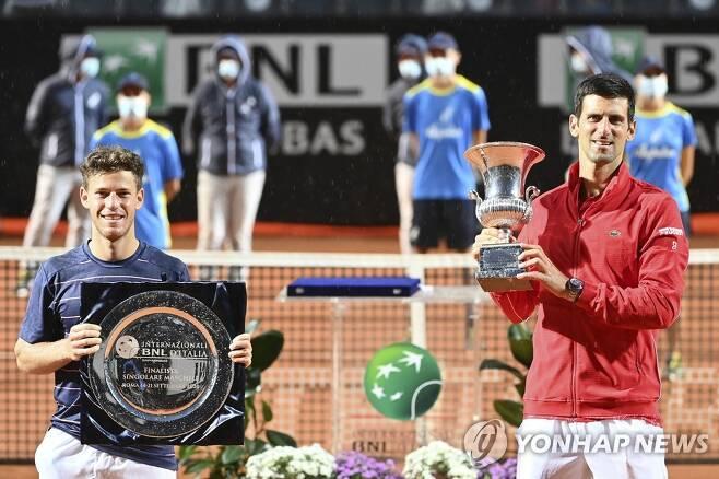 우승자 조코비치(오른쪽)와 준우승한 슈와르츠만. [AP=연합뉴스]