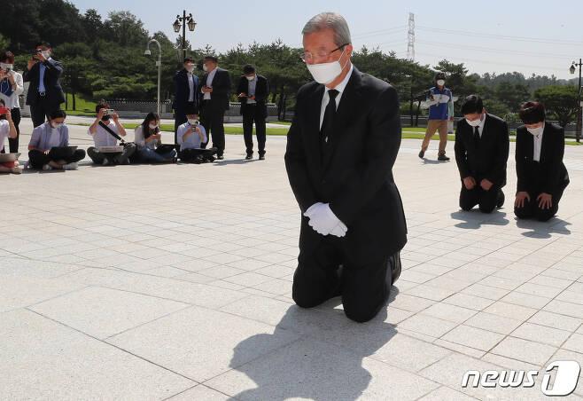 김종인 미래통합당 비상대책위원장이 지난 8월19일 오전 광주 북구 국립5·18민주묘지에서 무릎 꿇고 참배하고 있다. 2020.8.19/뉴스1 © News1 한산 기자