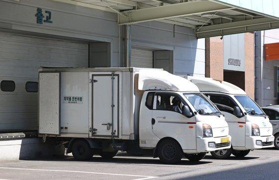 신성약품에 주차된 운반 차량. 연합뉴스