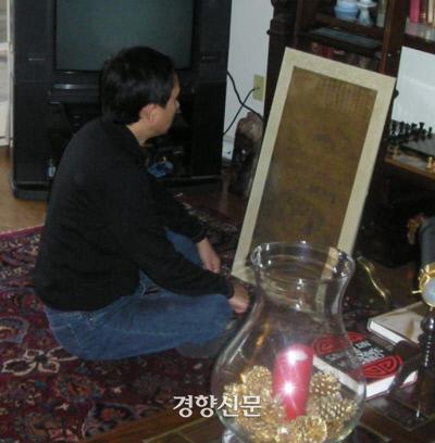 정병모 교수가 소장가인 패터슨의 집에서 단원 김홍도의 '봄날 새벽 과거장' 그림을 친견하고 있다.|정병모 교수 제공